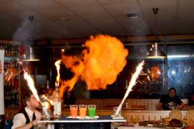 Fire show v provedení odMichala Nováka – jediným absolventem Las Vegas Bar Academy v České republice.