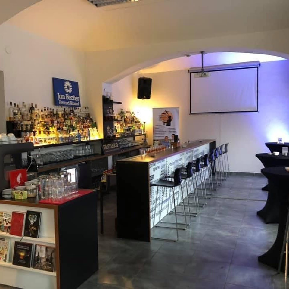 Vynikající pití, chutné jídlo a ideální prostor pro Vaši party 🥂 @barstars.cz